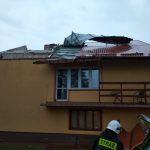 Uszkodzone dachy, połamane drzewa.