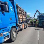 Przewrócona przyczepa ciężarówki w Wytycznie, na drodze krajowej nr 82